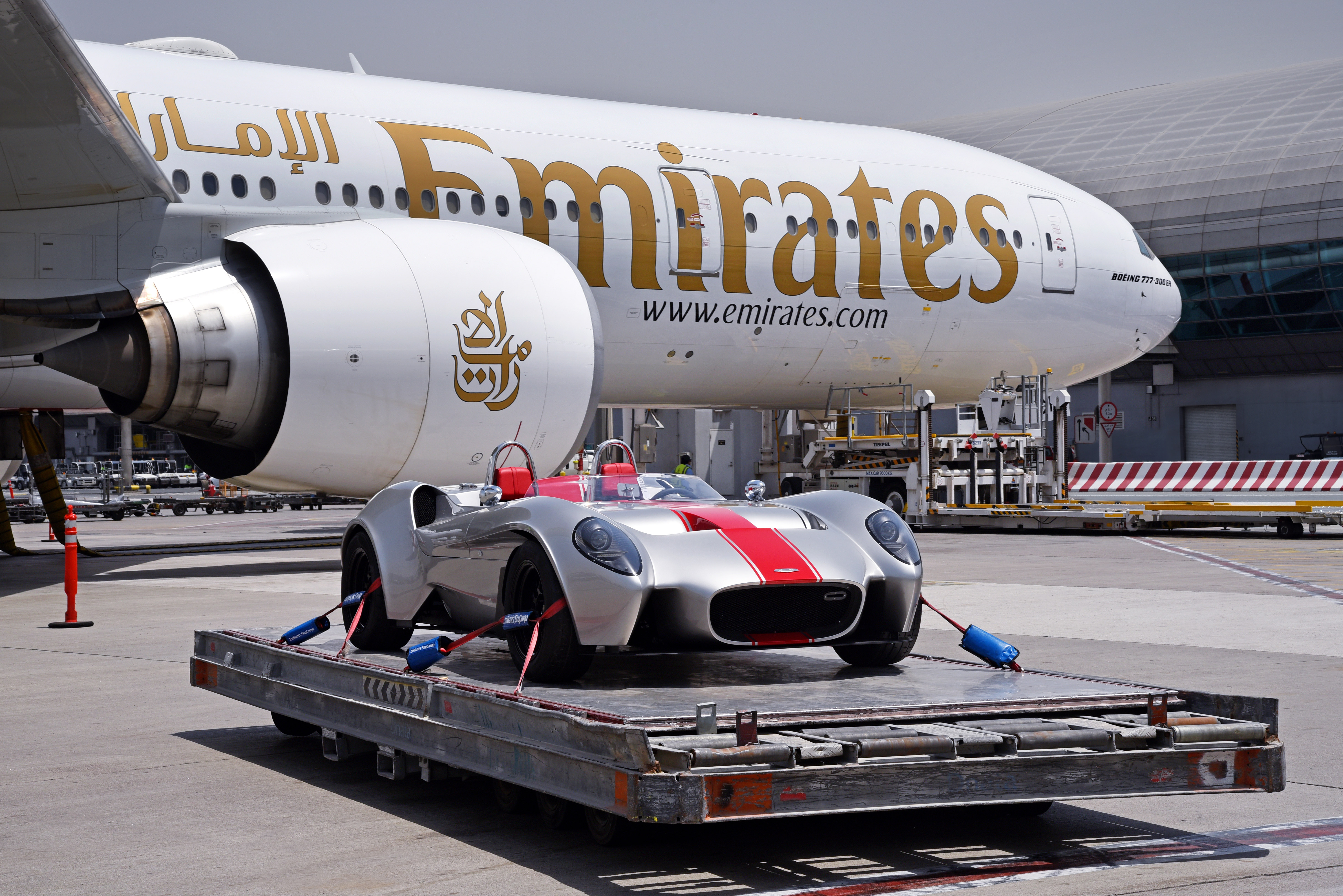 وكالة أنباء الإمارات - First car entirely made in UAE sent to France