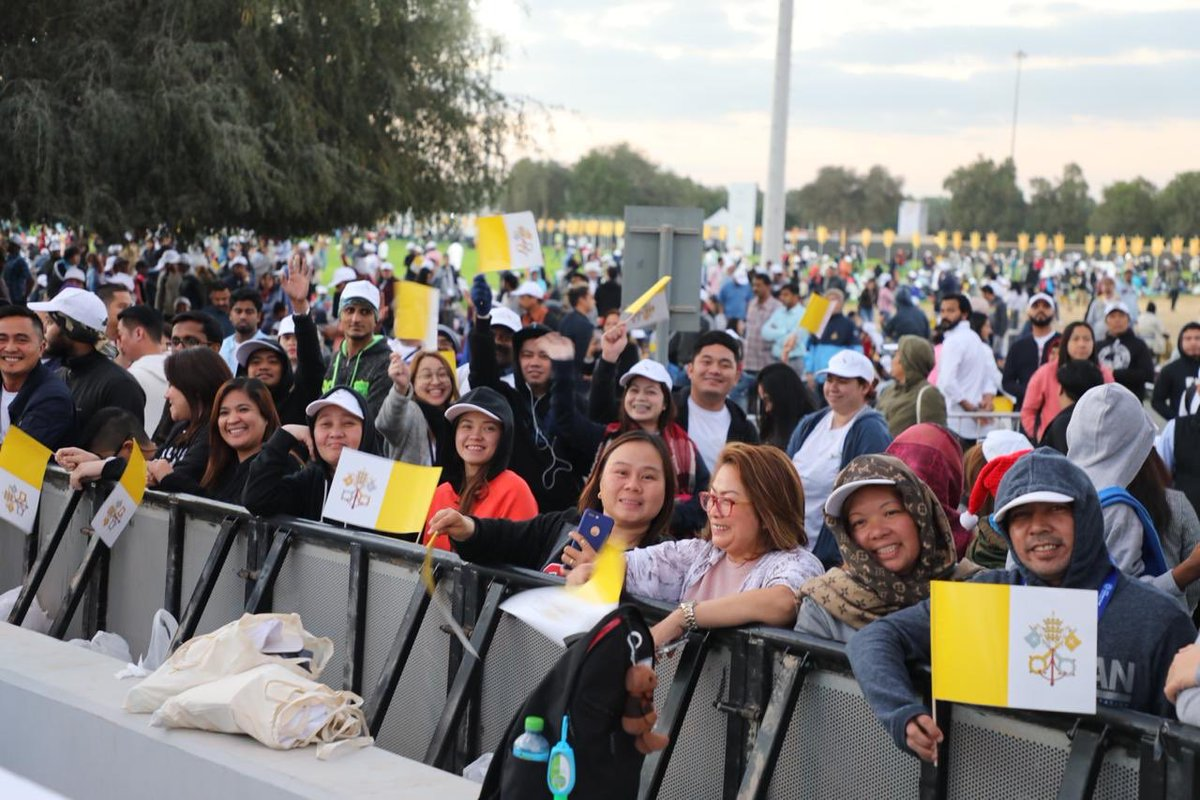 180,000 catholics in uae attend pope francis mass  4