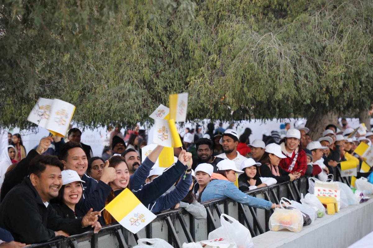 180,000 catholics in uae attend pope francis mass  2