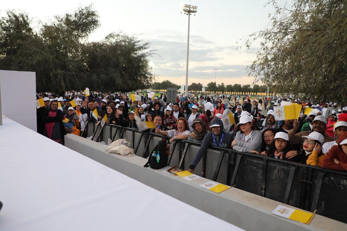 180,000 catholics in uae attend pope francis mass  3