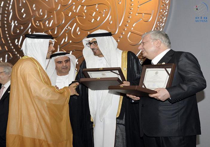 منصور بن زايد يكرم الفائزين بالدورة العاشرة من جائزة الشيخ زايد للكتاب