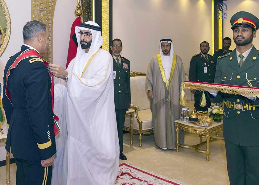 وزير الدولة لشؤون الدفاع يقلد قائد القيادة المركزية للجيش الأمريكي وسام الامارات من الطبقة الاولى 4