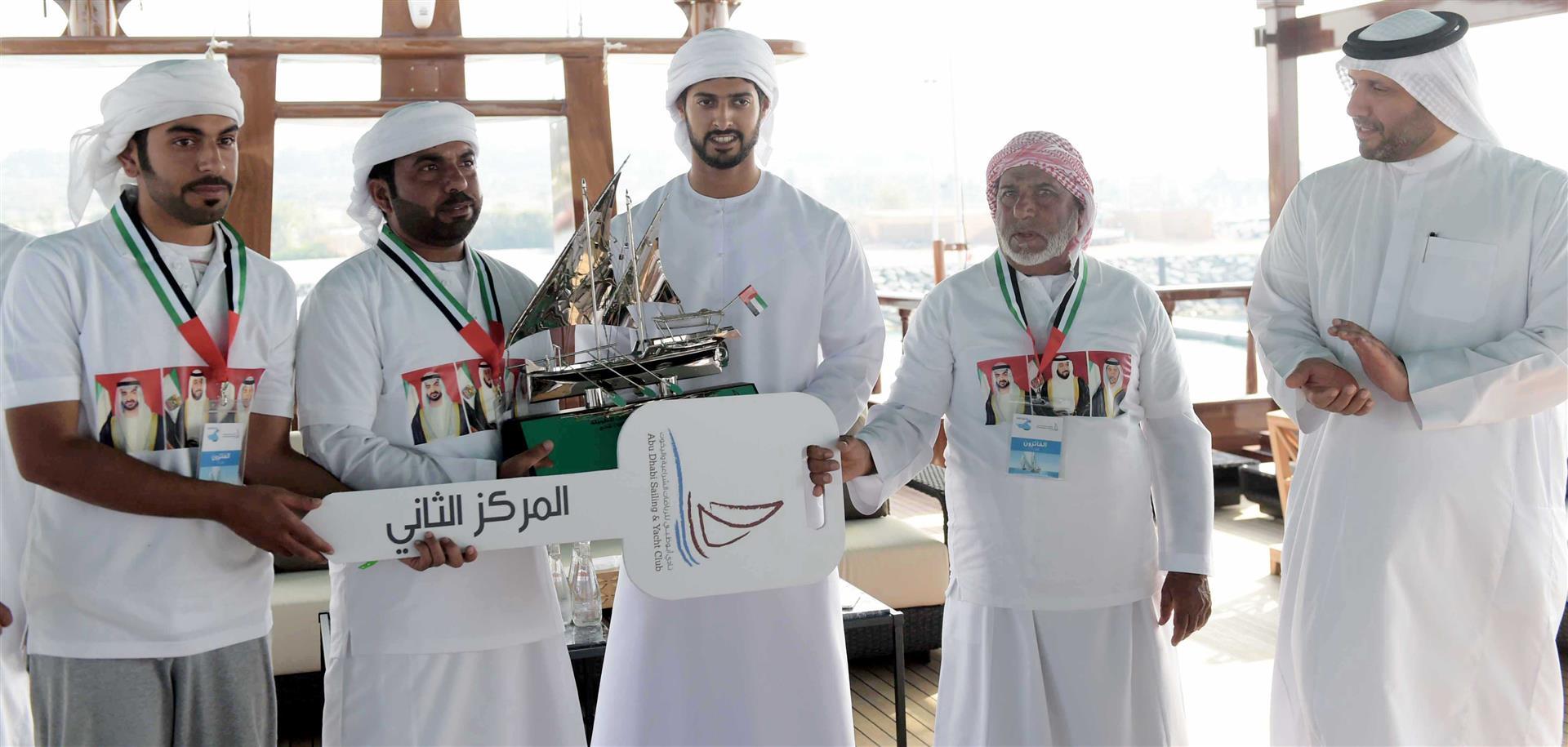 زايد بن حمدان بن زايد يتوج الفائزين في سباق دلما التاريخي للمحامل الشراعية 2