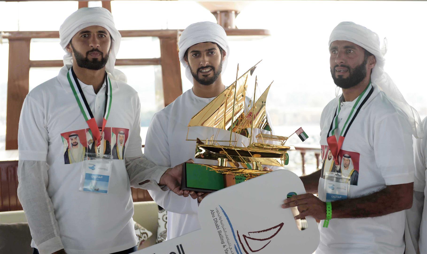 زايد بن حمدان بن زايد يتوج الفائزين في سباق دلما التاريخي للمحامل الشراعية 3