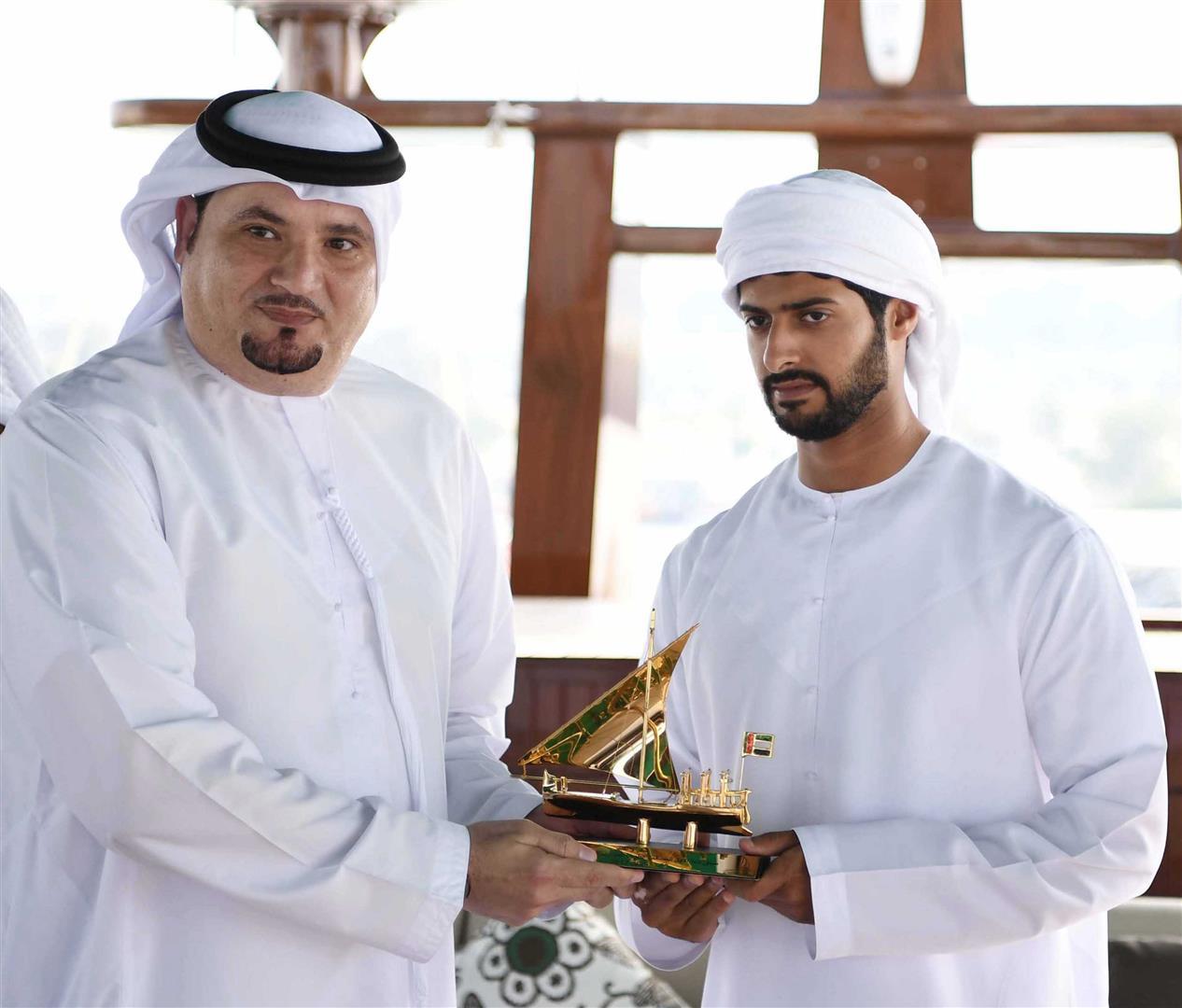 زايد بن حمدان بن زايد يتوج الفائزين في سباق دلما التاريخي للمحامل الشراعية 5