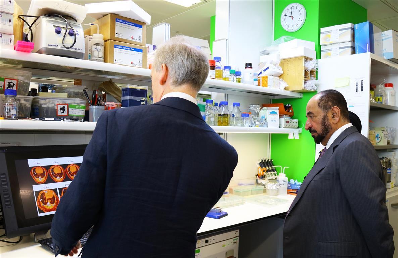 سلطان القاسمي يفتتح مختبر الشارقة لدعم أبحاث السرطان في لندن-1 (1).jpg