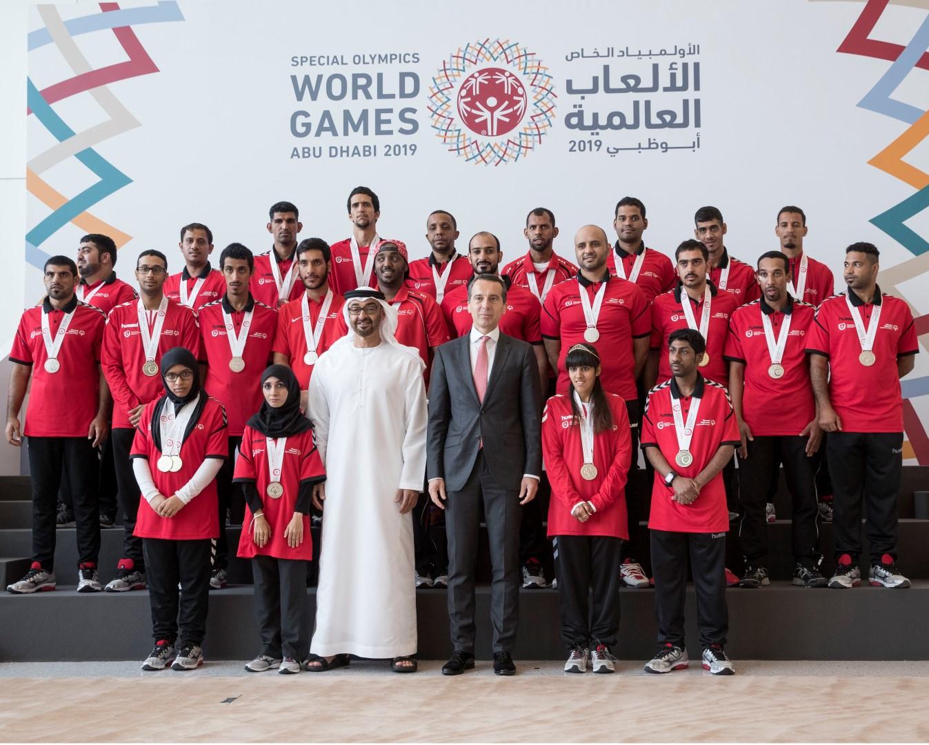 محمد بن زايد يتسلم علم دورة الأولمبياد الخاص 7