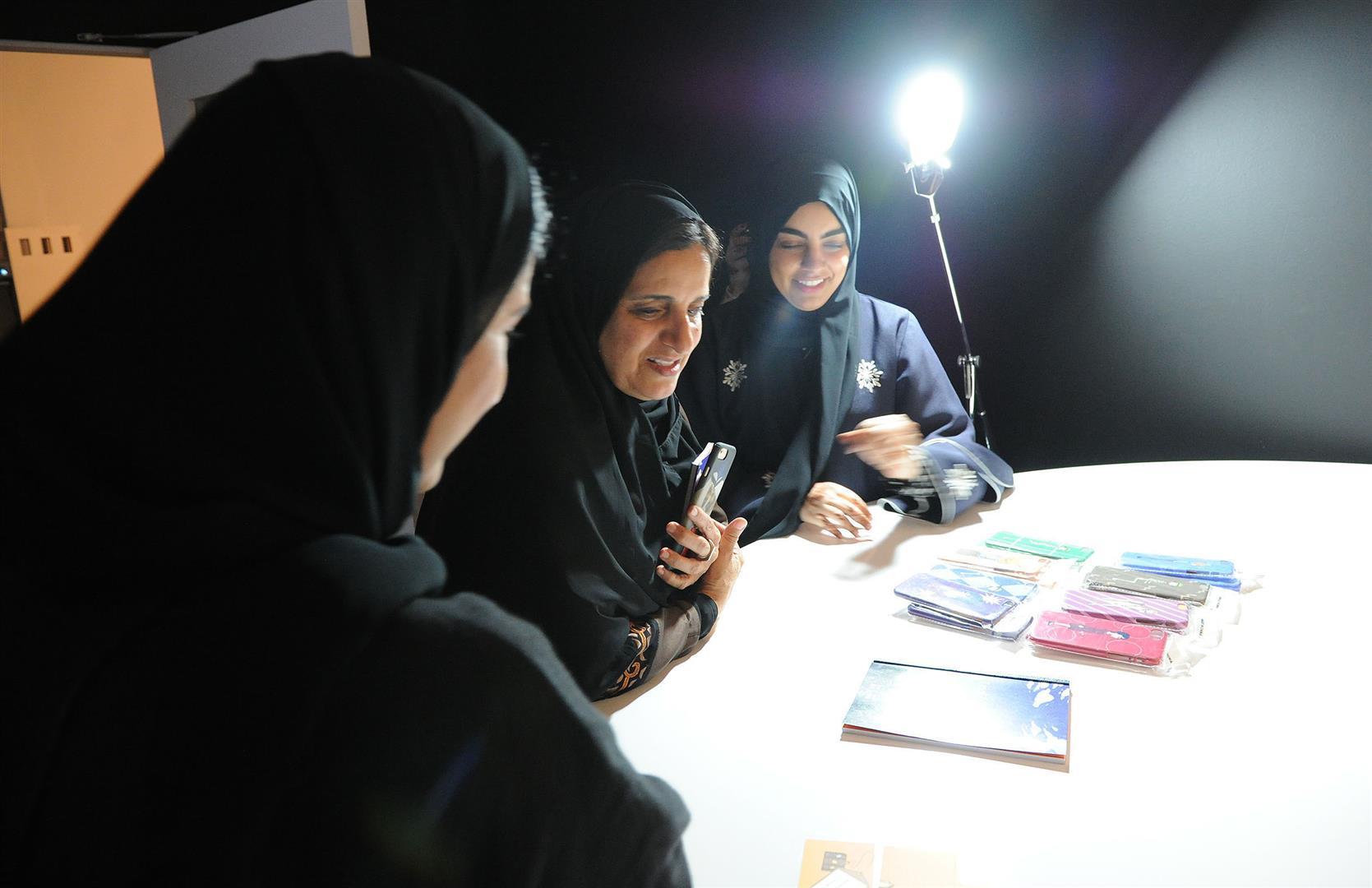 لبنى القاسمي تزور معرض مشاريع تخرج طالبات الفنون بجامعة زايد 2