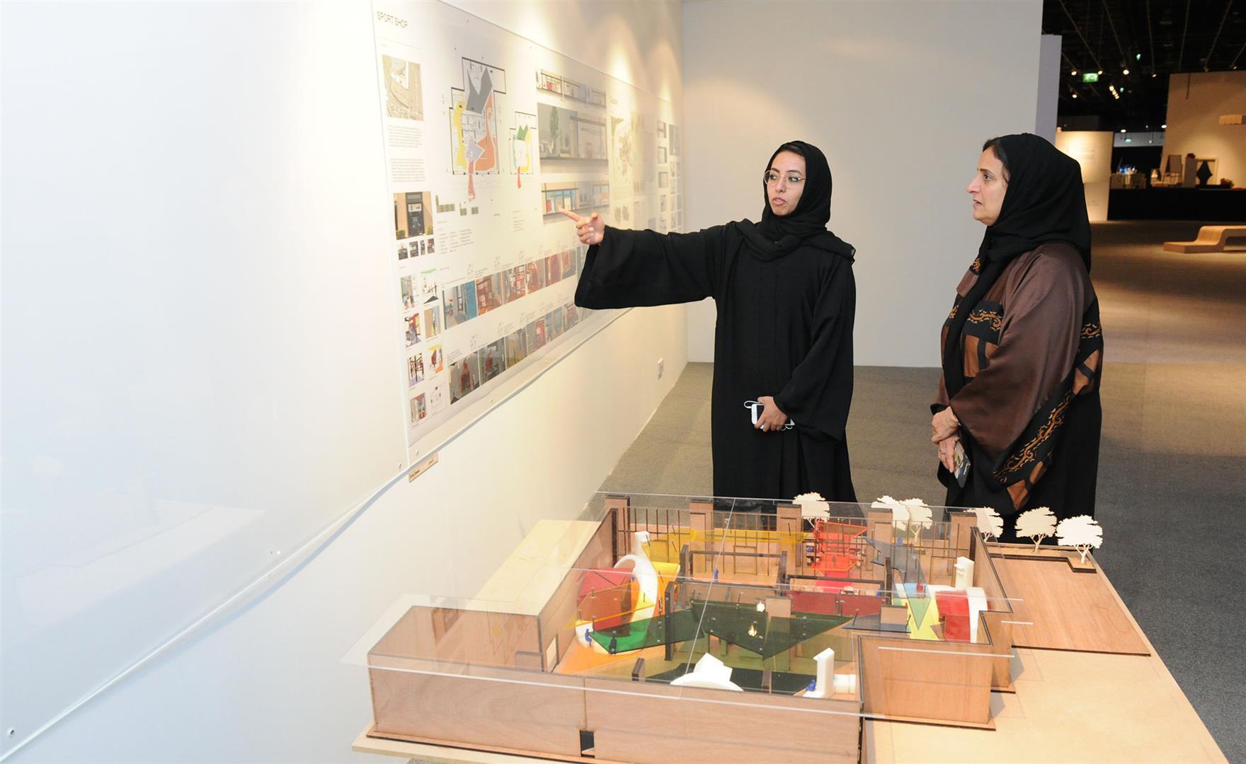 لبنى القاسمي تزور معرض مشاريع تخرج طالبات الفنون بجامعة زايد 1