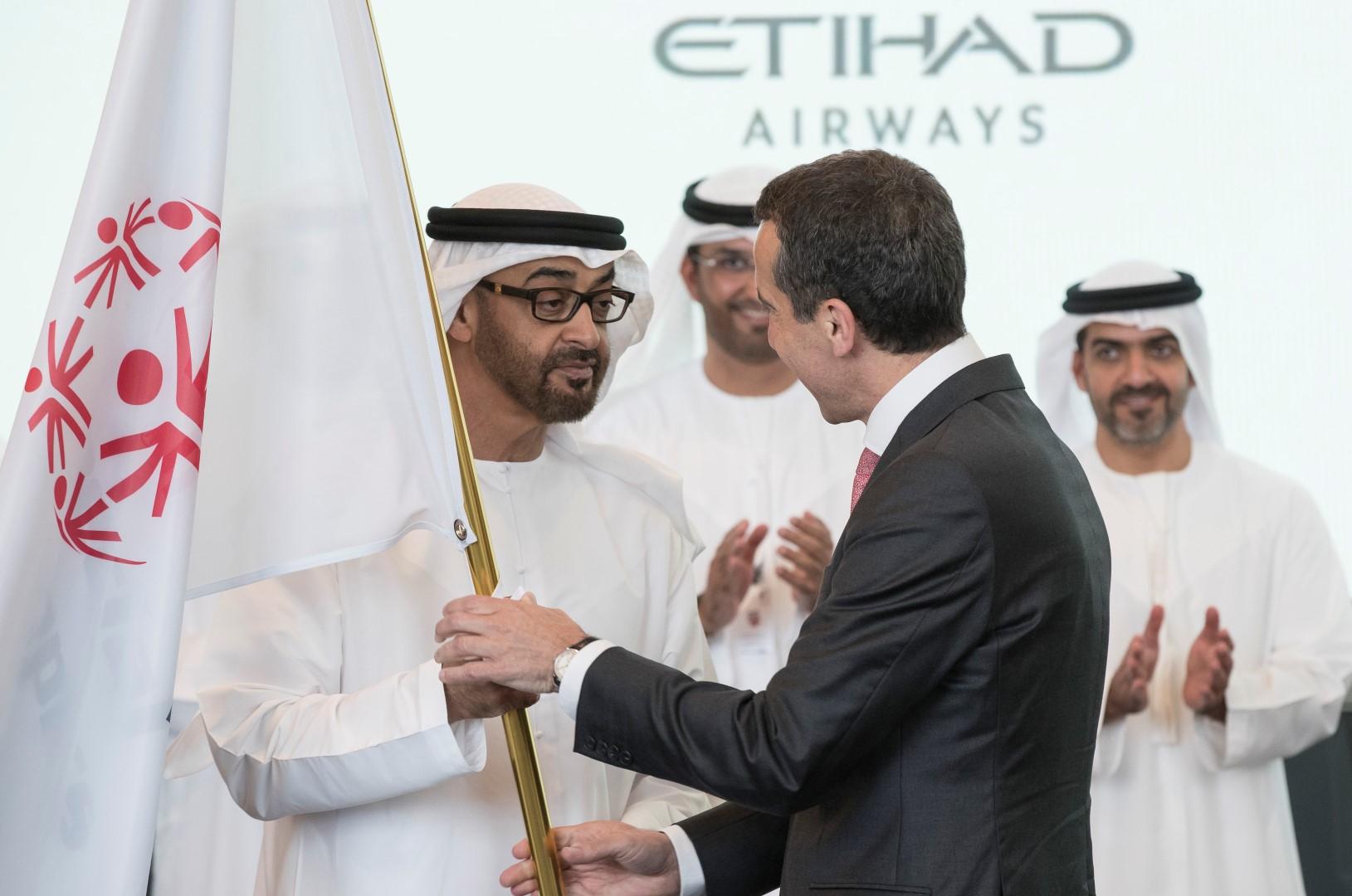 محمد بن زايد يتسلم علم دورة الأولمبياد الخاص 2