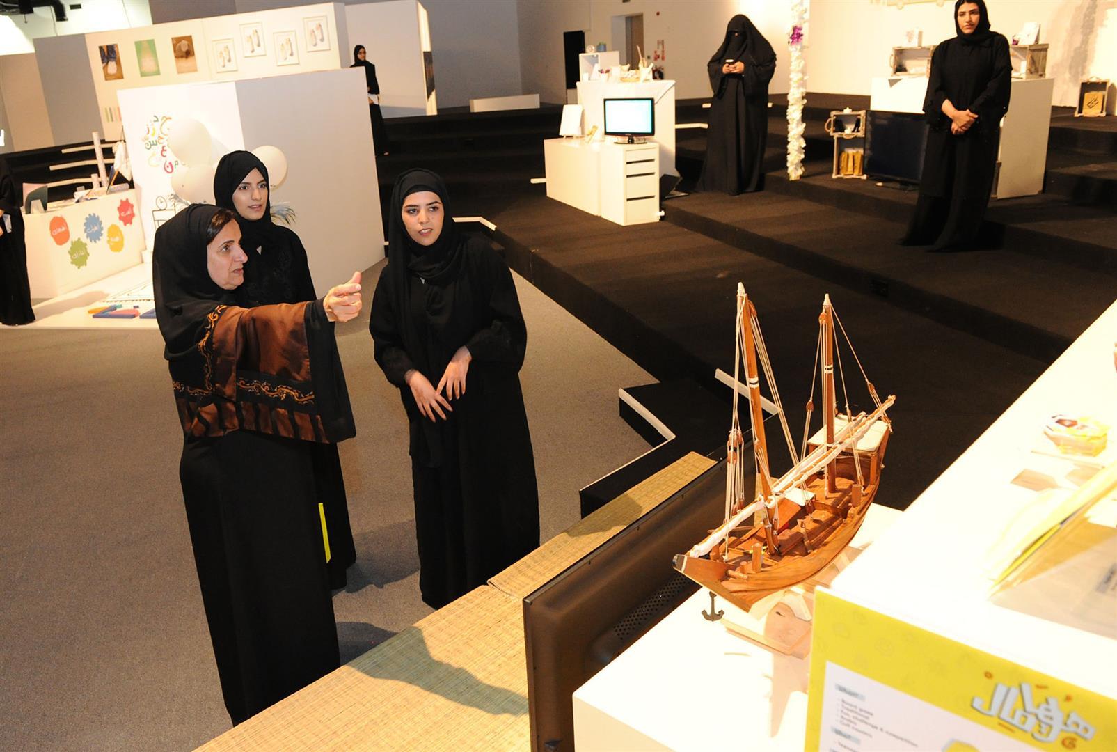 لبنى القاسمي تزور معرض مشاريع تخرج طالبات الفنون بجامعة زايد 4