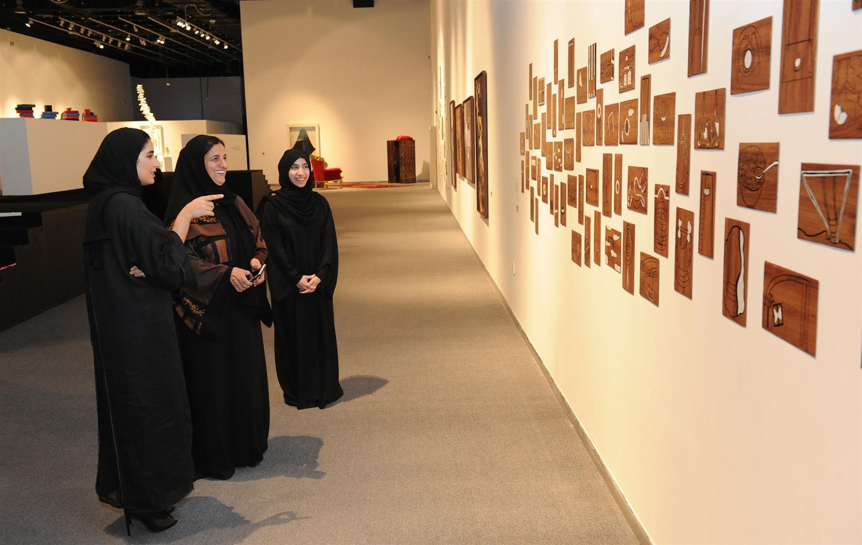 لبنى القاسمي تزور معرض مشاريع تخرج طالبات الفنون بجامعة زايد 3