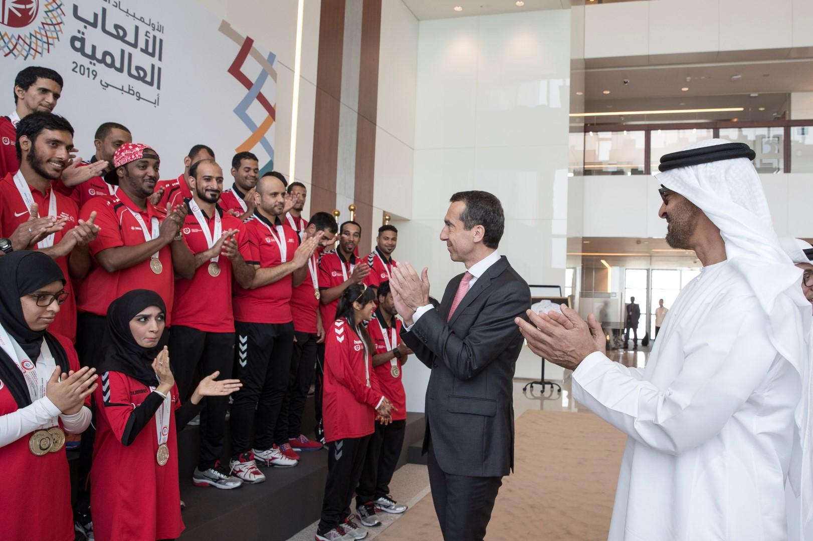 محمد بن زايد يتسلم علم دورة الأولمبياد الخاص 8