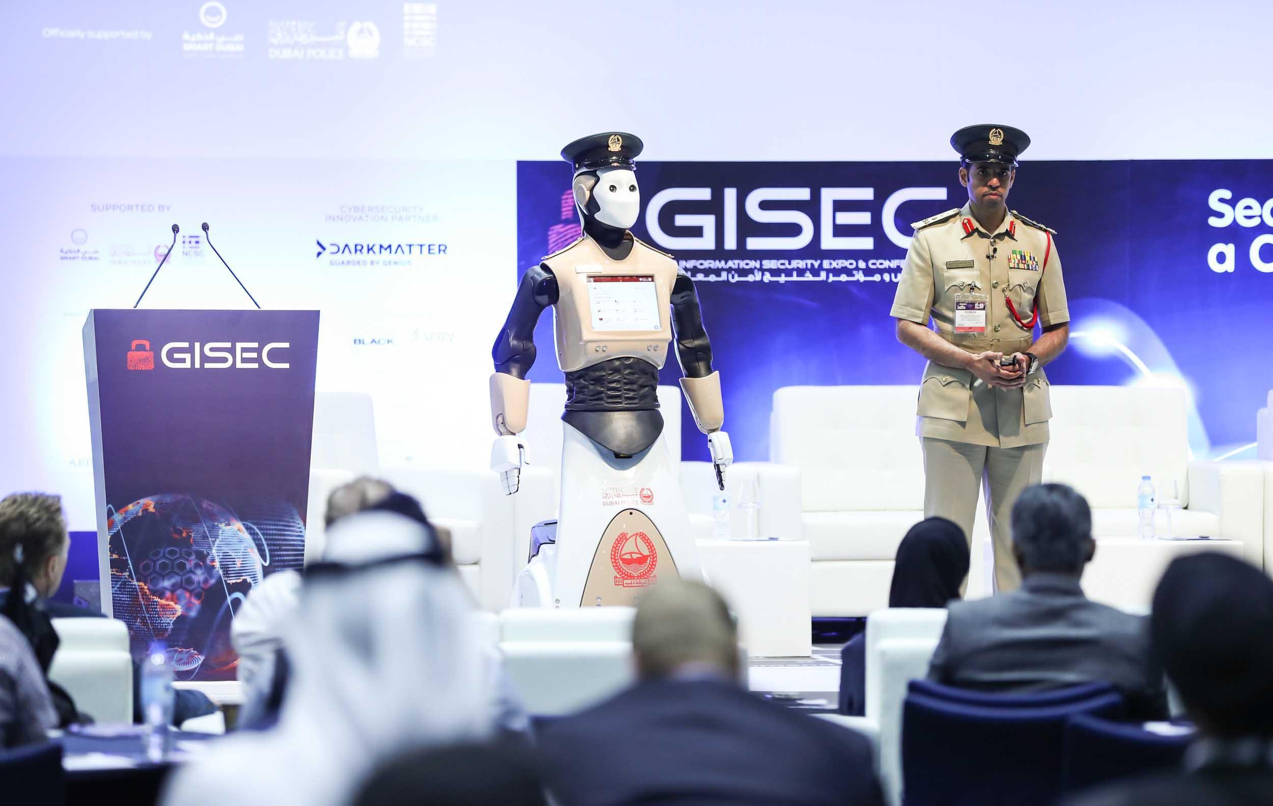 انضمام أول شرطي آلي إلى شرطة دبي 3