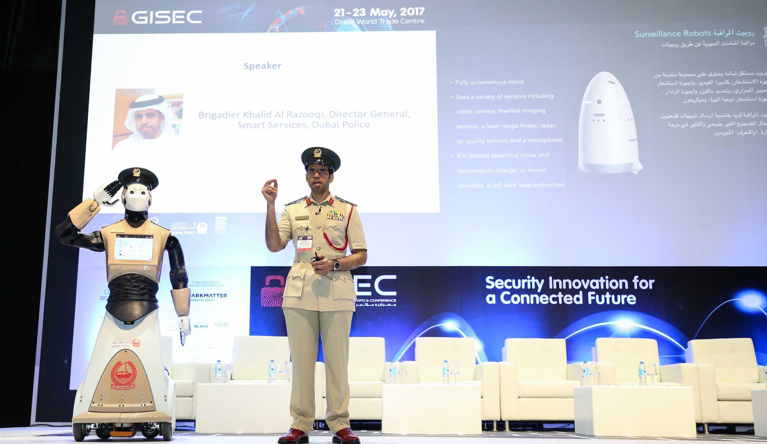 انضمام أول شرطي آلي إلى شرطة دبي 1