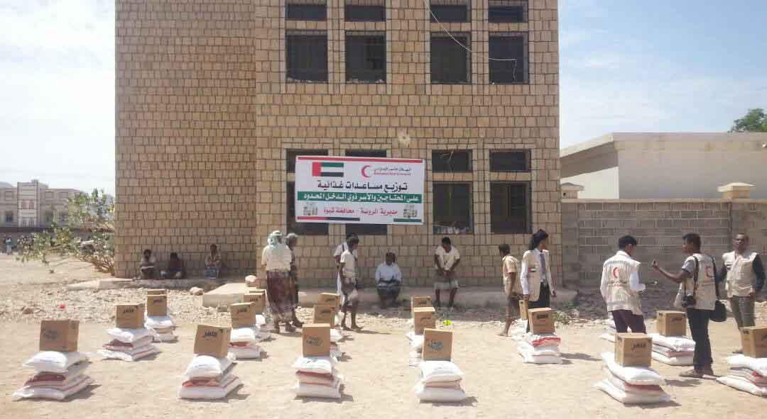 الهلال الأحمر الإماراتي يوزع 2000 سلة غذائية على الأسر الفقيرة بمديرية الروضة بشبوة 1