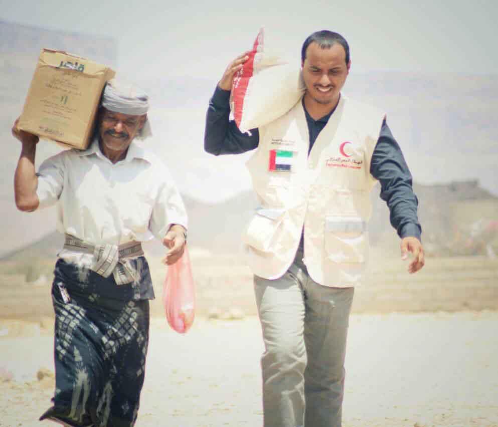 الهلال الأحمر الإماراتي يوزع 2000 سلة غذائية على الأسر الفقيرة بمديرية الروضة بشبوة 2