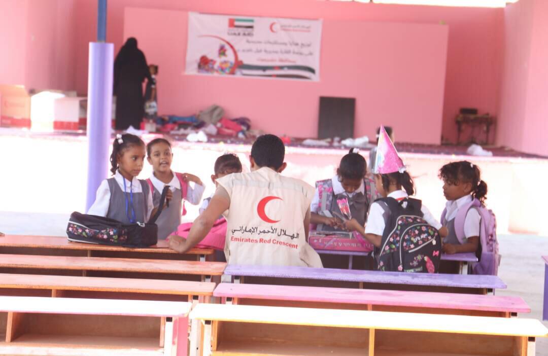 """الهلال الأحمر الإماراتي يوزع مستلزمات مدرسية على أطفال روضة """"القارة"""" بحضرموت. 2"""