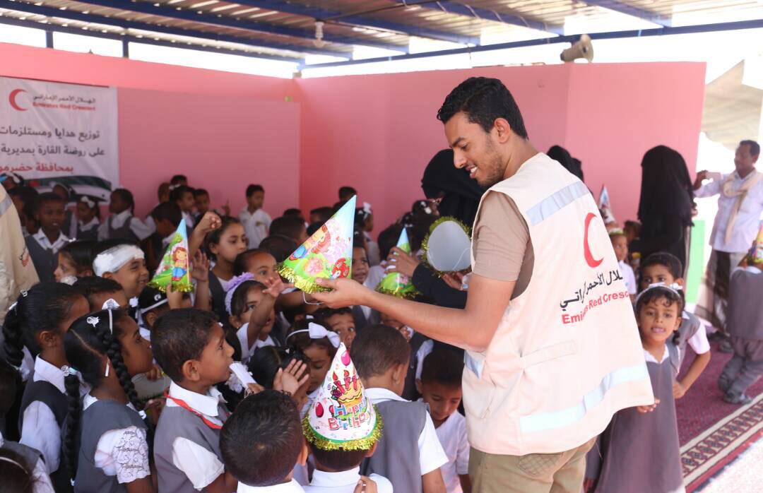 """الهلال الأحمر الإماراتي يوزع مستلزمات مدرسية على أطفال روضة """"القارة"""" بحضرموت. 3"""