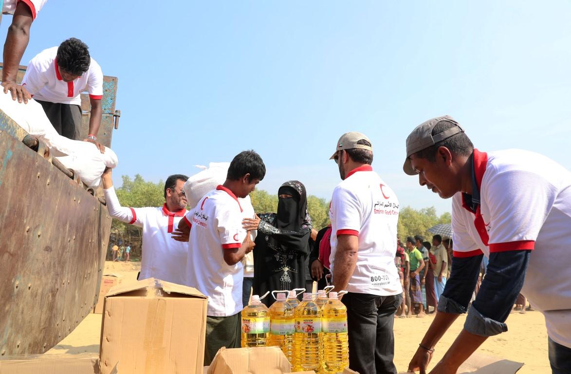الهلال الأحمر الإماراتي ينفذ المرحلة الثالثة من برنامج إغاثة اللاجئين الروهيغا في بنغلاديش. 4
