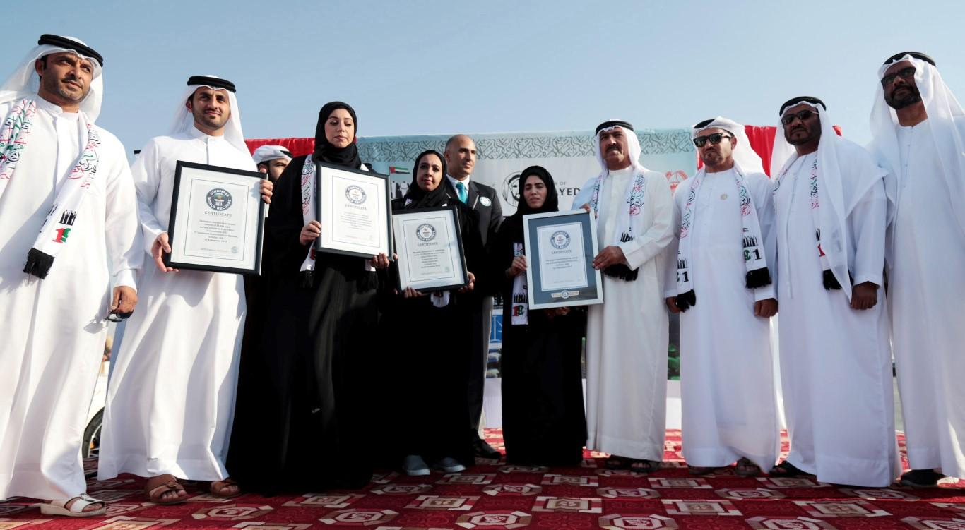 شرطة دبي تستلم شهادة غينيس للأرقام القياسية في تشكيل علم دولة الإمارات 1