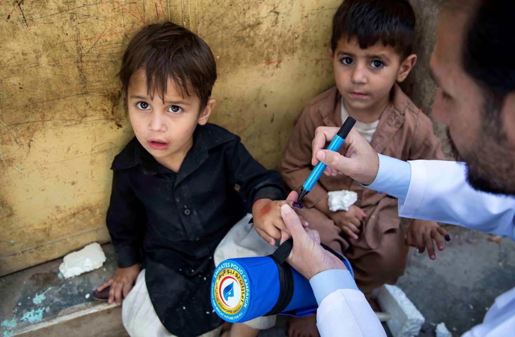 بتوجيهات رئيس الدولة .. أكثر من 43 مليون طفل باكستاني حصلوا على ربع مليار جرعة تطعيم ضد شلل الأطفال. 6