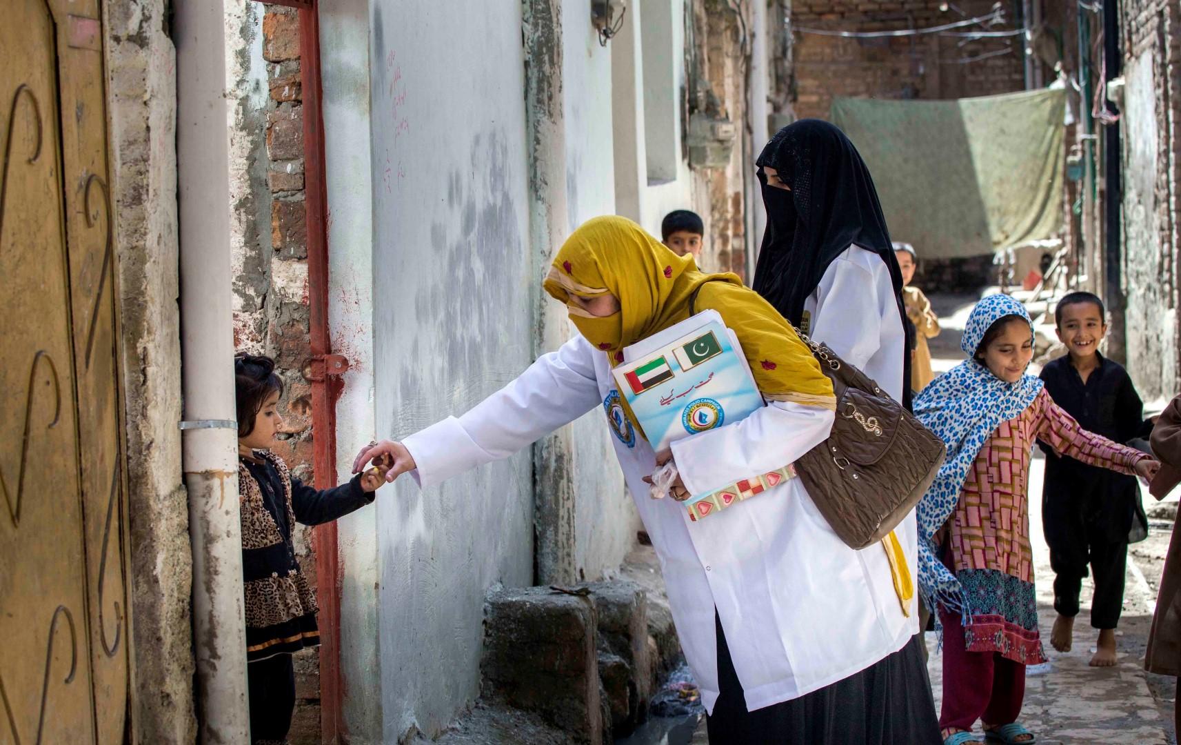 بتوجيهات رئيس الدولة .. أكثر من 43 مليون طفل باكستاني حصلوا على ربع مليار جرعة تطعيم ضد شلل الأطفال. 1