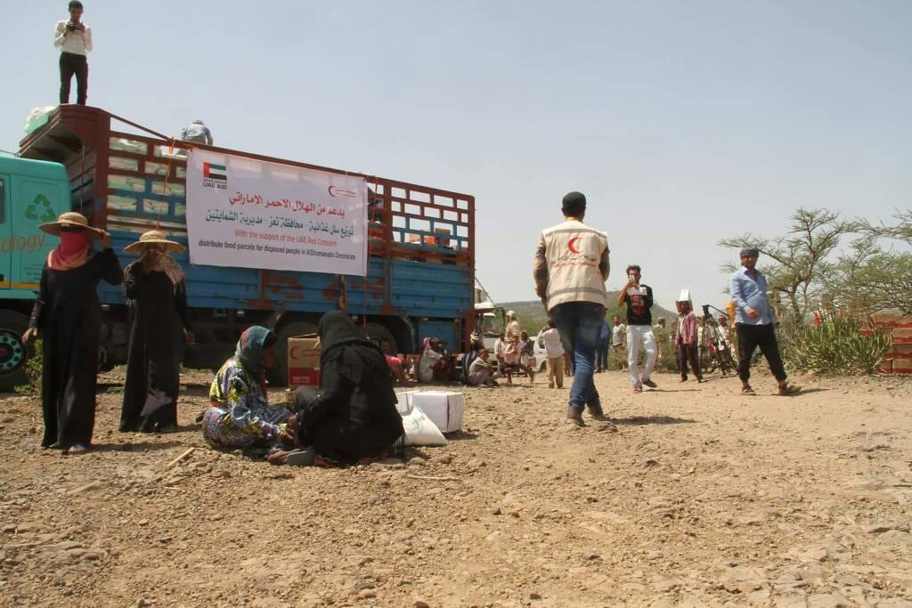 """""""الهلال الأحمر"""" يقدم مساعدات عاجلة للنازحين في تعز مع قدوم شهر رمضان. 7"""