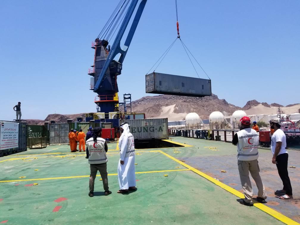 الهلال الأحمر الإماراتي يقدم مضخات شفط لمؤسسة الصرف الصحي في عدن. 3