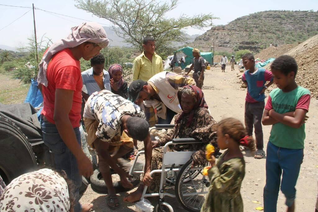 """""""الهلال الأحمر"""" يقدم مساعدات عاجلة للنازحين في تعز مع قدوم شهر رمضان. 1"""
