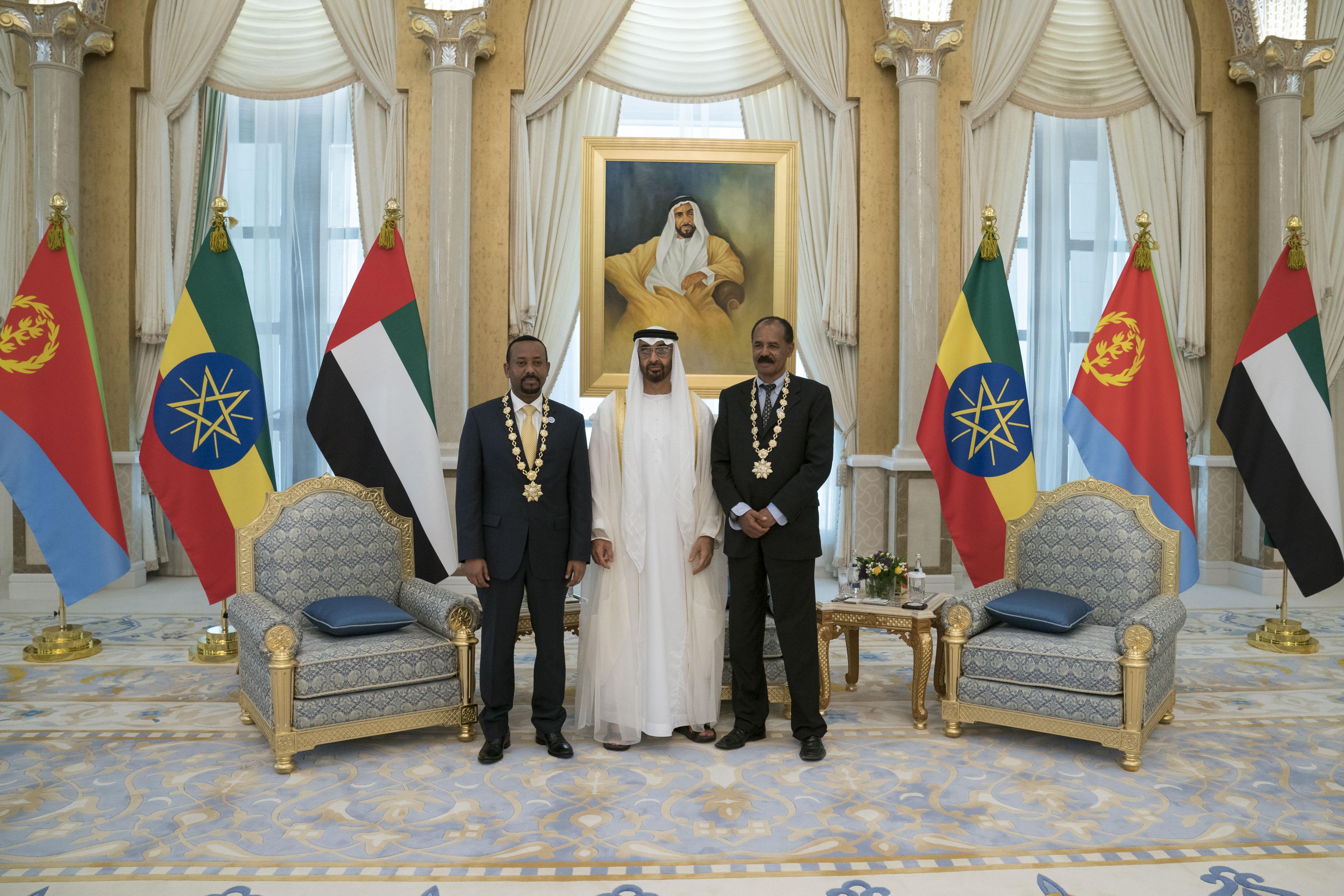 """رئيس الدولة يمنح رئيس إريتريا ورئيس وزراء أثيوبيا """" وسام زايد """" تقديراً لجهودهما في إطلاق مسيرة السلام بين بلديهما 4"""