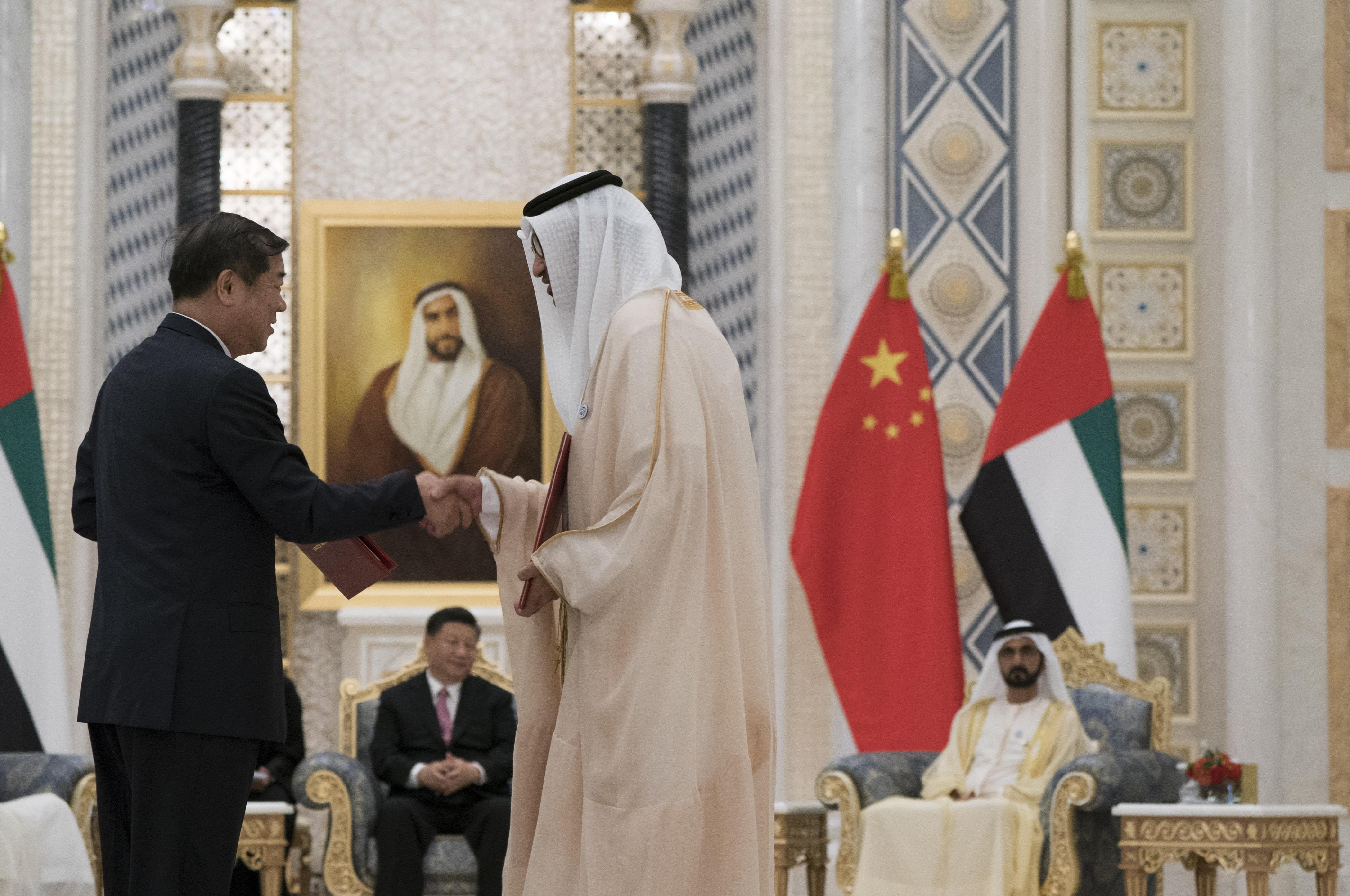محمد بن راشد ومحمد بن زايد والرئيس الصيني يشهدون مراسم تبادل 13 اتفاقية ومذكرة تفاهم موقعة بين البلدين 7