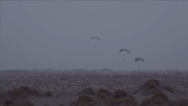 """""""التحالف العربي"""" ينفذ عملية إسقاط جوي لمساعدات إغاثية على أهالي الدريهمي في الحديدة مقدمة من """" الهلال الأحمر"""". 2"""