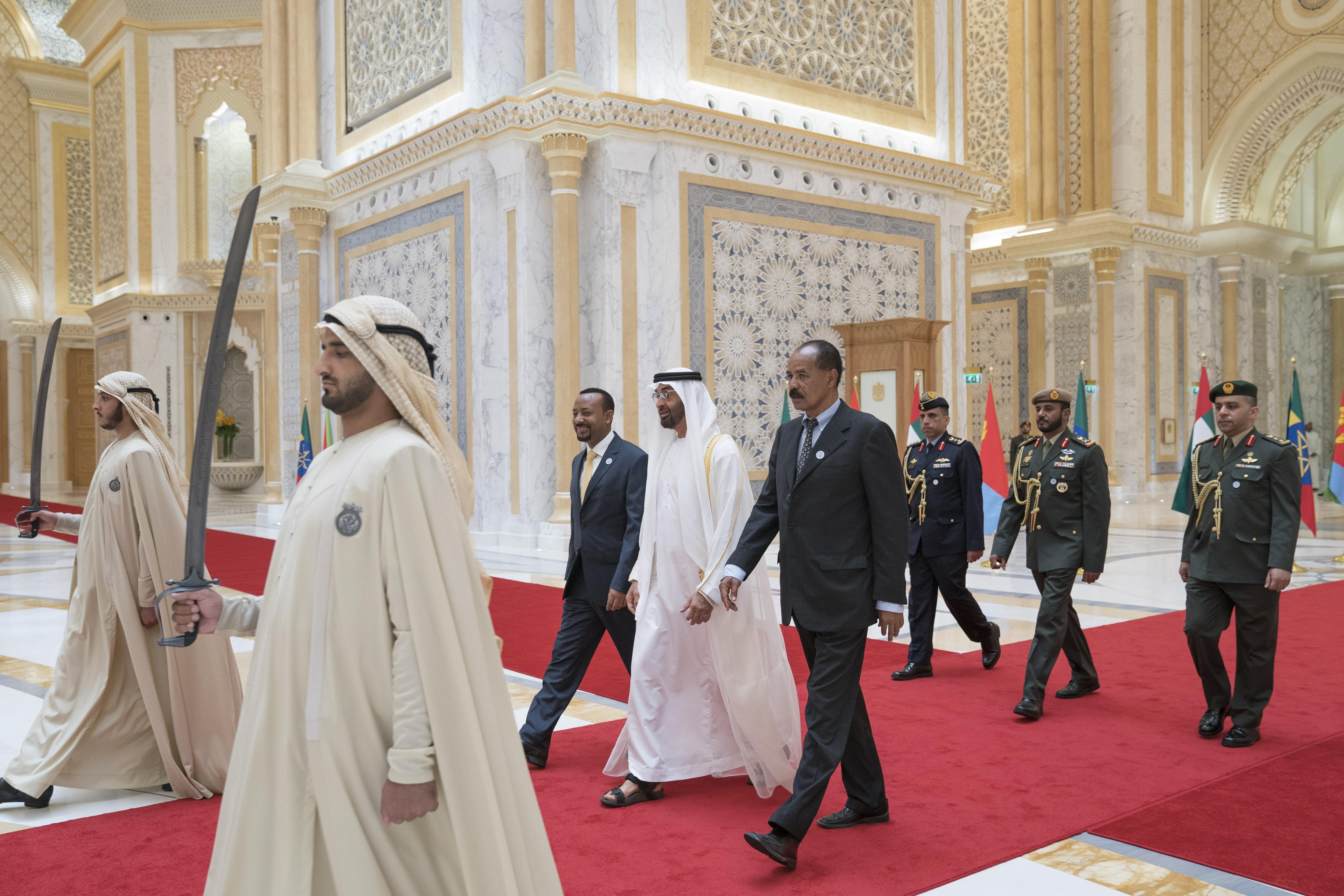 """رئيس الدولة يمنح رئيس إريتريا ورئيس وزراء أثيوبيا """" وسام زايد """" تقديراً لجهودهما في إطلاق مسيرة السلام بين بلديهما 7"""