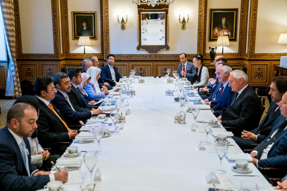عبدالله بن زايد يلتقي وفد المستثمرين البريطانيين في لندن. 1