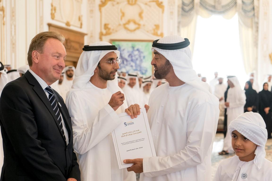 """محمد بن زايد يستقبل أول خريج إماراتي من """"السوربون أبوظبي"""" يحصل على الدكتوراه من """"السوربون باريس"""". 1"""