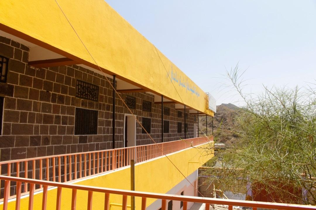 """""""الهلال الأحمر"""" يعيد تأهيل مدرستين ويوزع حقائب مدرسية في الضالع وتعز. 6"""