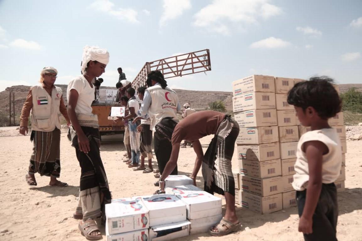الهلال يوزع طرودا غذائية على الاسر الفقيرة بحضرموت .  1