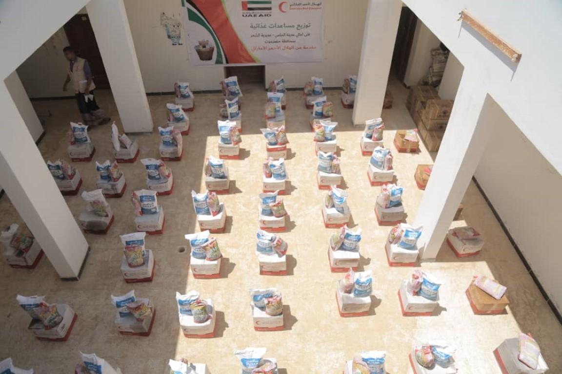 الهلال الأحمر الإماراتي يوزع مساعدات غذائية على أهالي منطقة الحامي في حضرموت.2 /Medium/