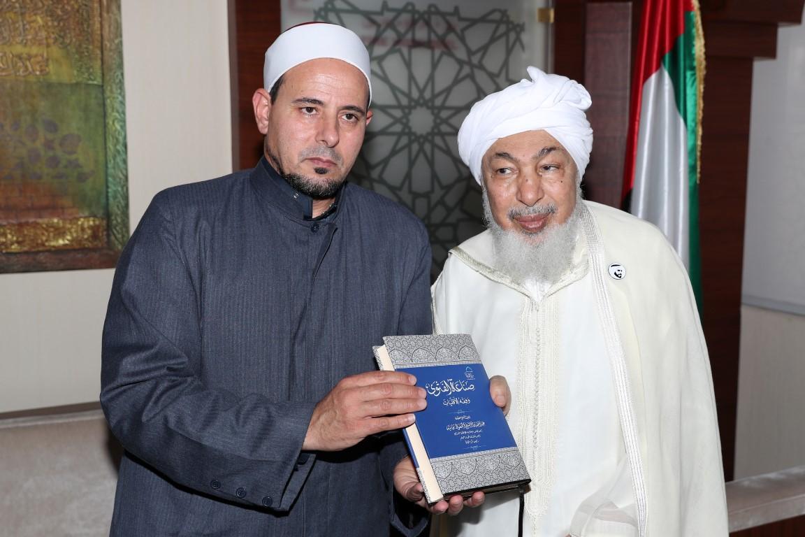 عبدالله بن بيه يستقبل إمام مسجد النور في كرايستشيرش بنيوزيلندا