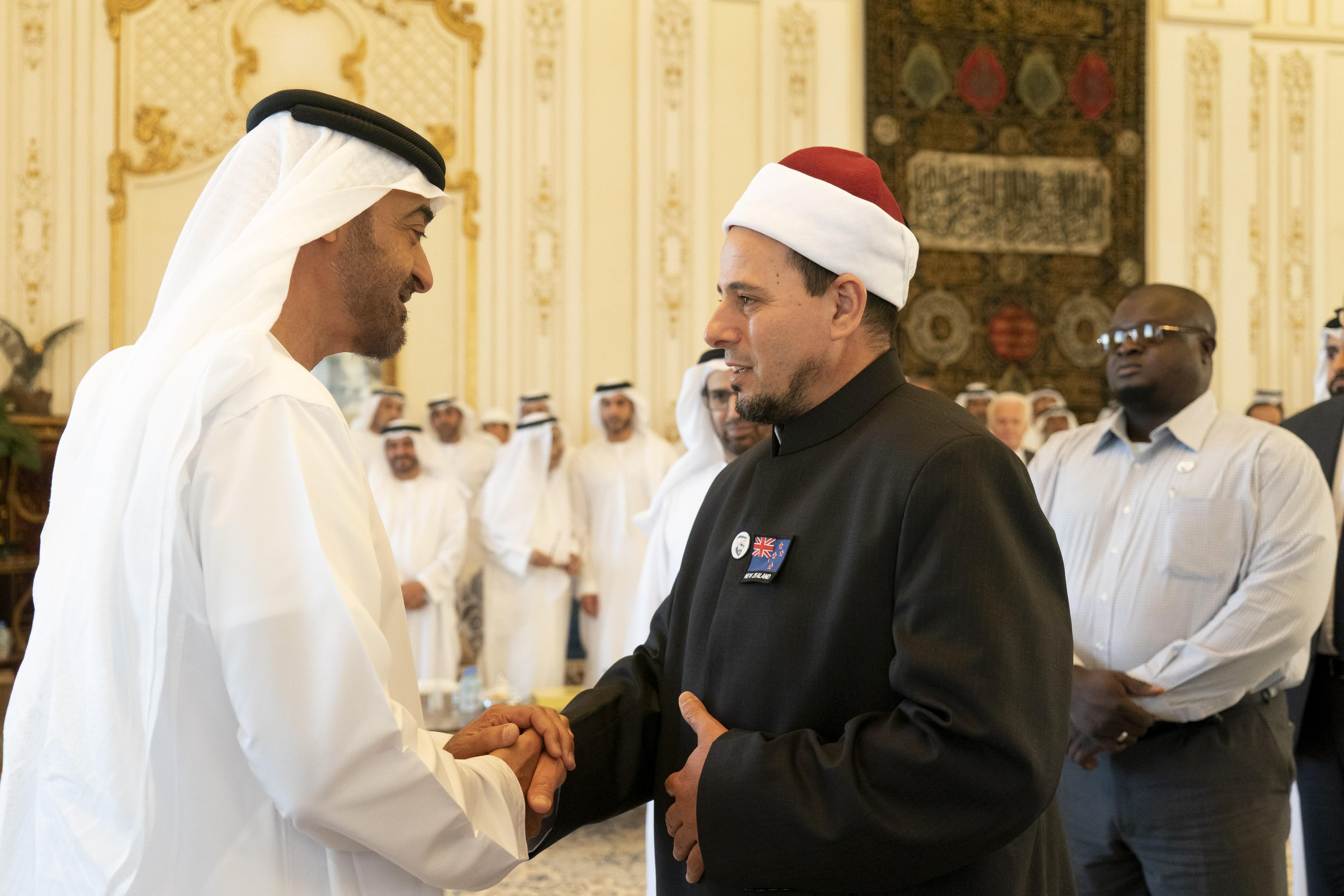 محمد بن زايد يستقبل إمامي مسجدي النور ولينوود بمدينة كرايستشيرش في نيوزيلندا