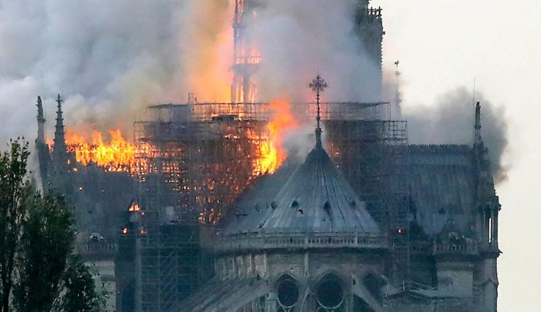 حريق يلتهم كاتدرائية نوتردام التاريخية بباريس
