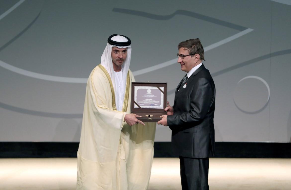 هزاع بن زايد يكرم الفائزين بجائزة الشيخ زايد للكتاب بدورتها الـ