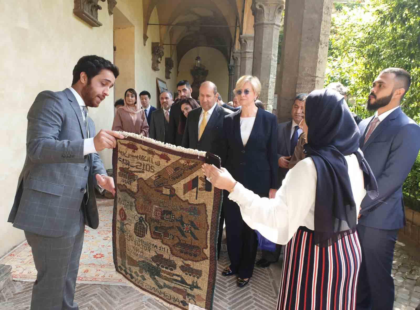 """سفارة الدولة في إيطاليا تفتتح معرض السجاد الأفغاني اليدوي تحت شعار """"تمكين المرأة الأفغانية """""""