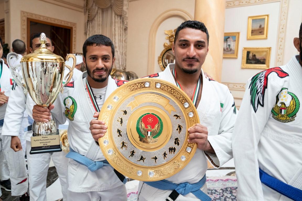 محمد بن زايد يستقبل الفائزين في البطولات العسكرية للجوجيتسو