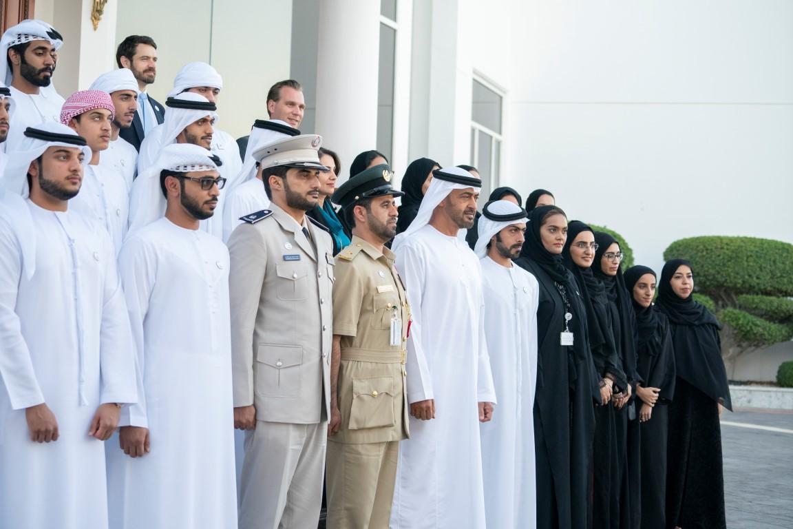 محمد بن زايد يستقبل أبناء الشهداء المشاركين في برنامج
