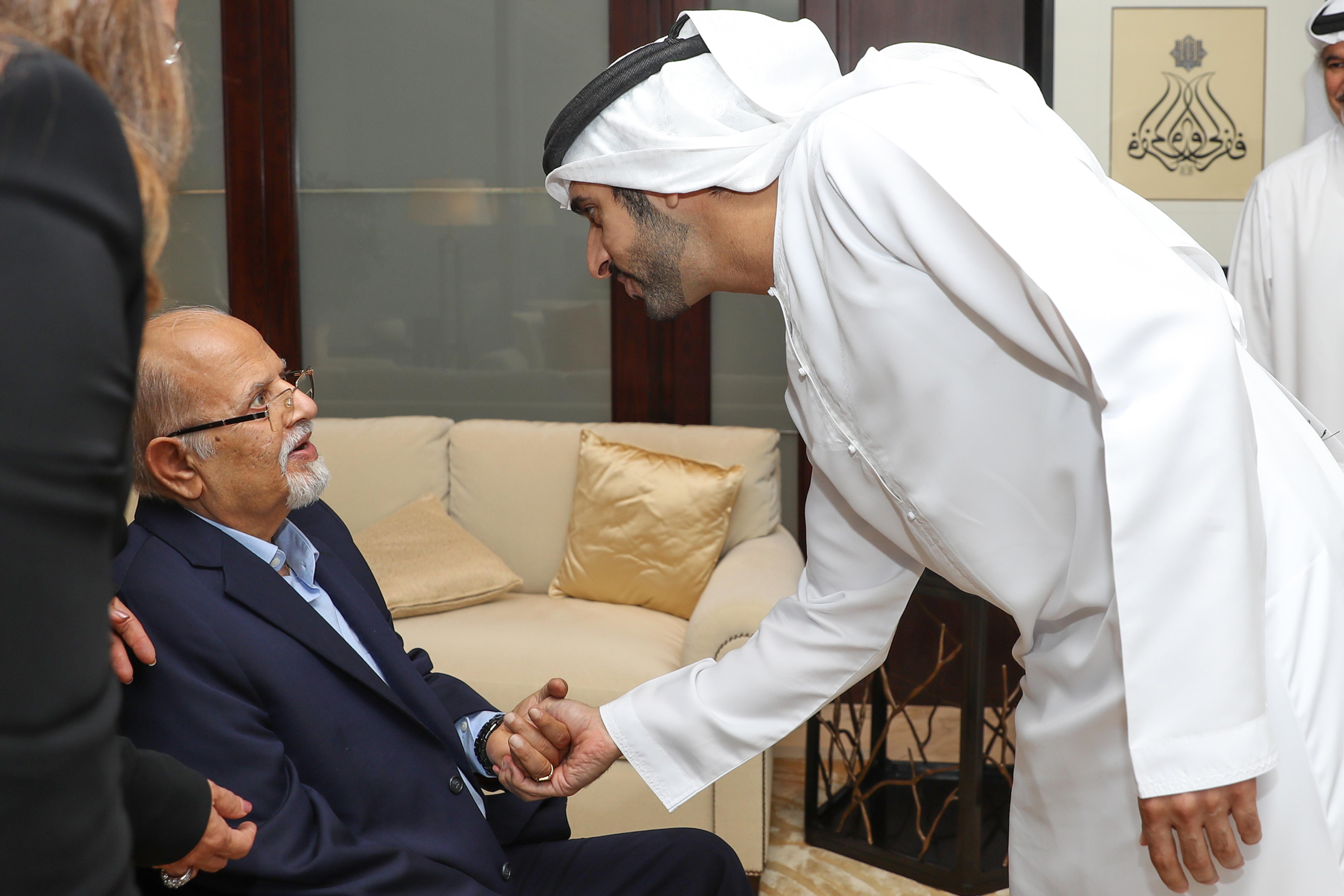 """حمدان بن محمد يكرم مجموعة """"لاند مارك"""" الفائزة بجائزة البصمة الرياضية"""