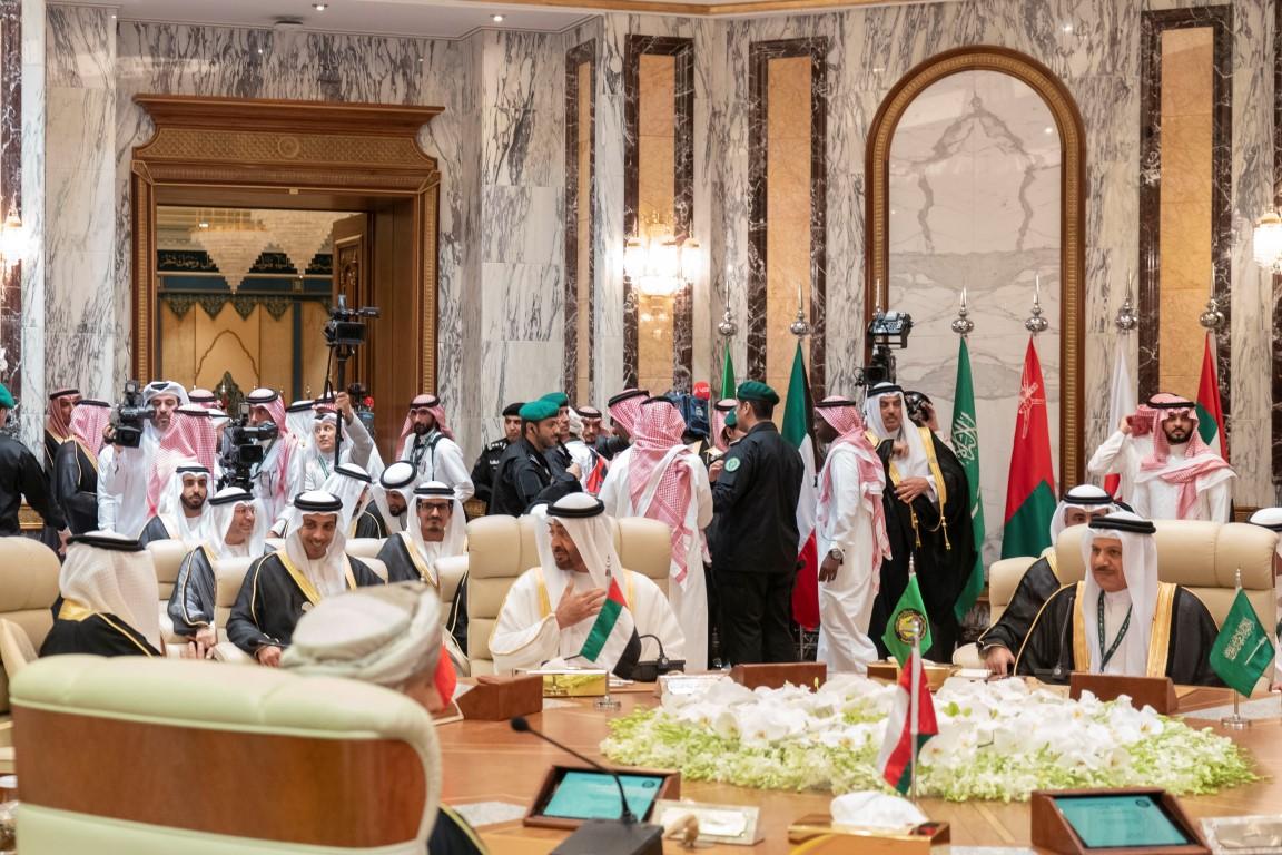 محمد بن زايد يرأس وفد الدولة إلى القمة الخليجية الطارئة في مكة المكرمة