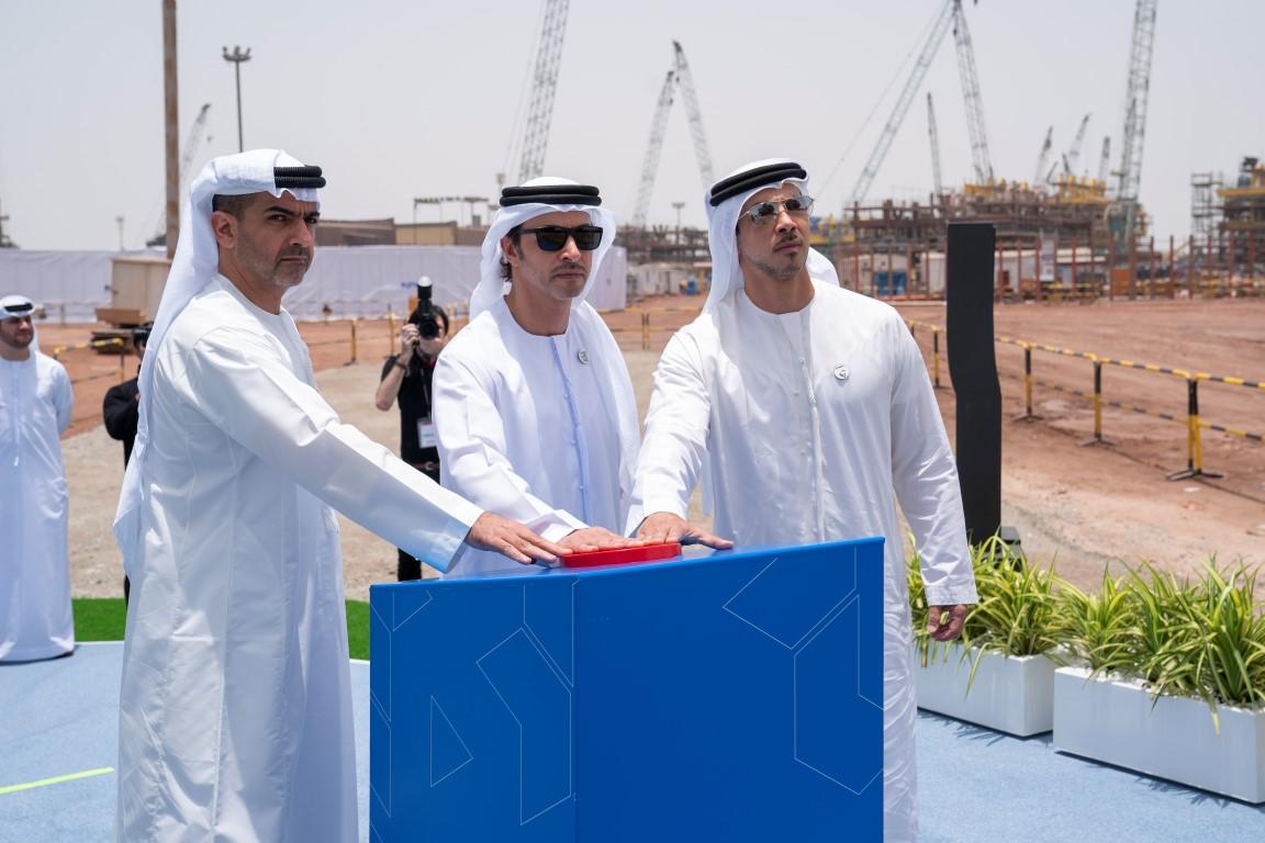 هزاع بن زايد يدشن بحضور منصور وحامد بن زايد احدى أكبر منصات النفط البحرية في العالم لصالح