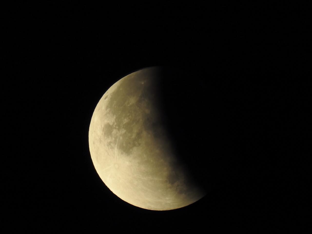 صورة للخسوف الجزئي للقمر الذي شهدته المنطقة العربية  أمس